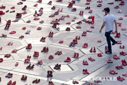 Concentración contra la violencia machista en Zaragoza, este martes en la plaza de España