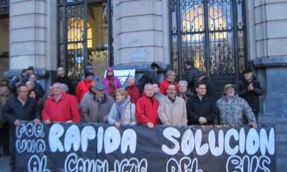 Los vecinos insisten en reclamar una solución a la huelga del bus, mientras se estanca la negociación