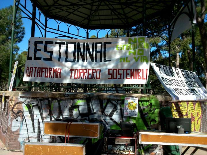 Una de las pancartas reivindicativas contra el proyecto de Lestonnac, en el quiosco del parque