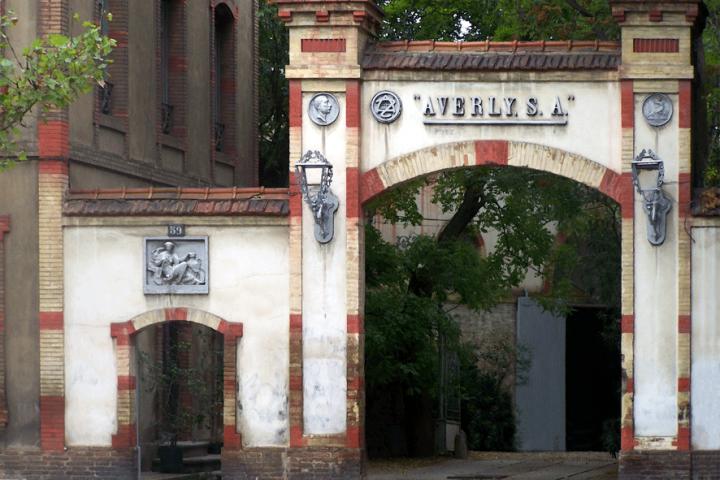 Entrada a la fábrica de Averly