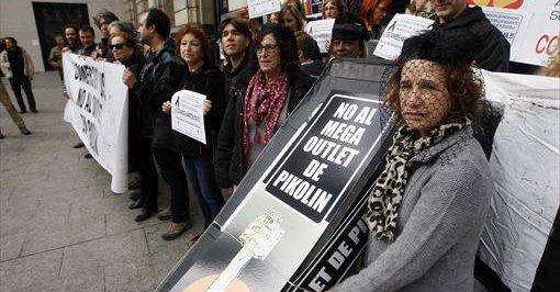 Diferentes colectivos se manifestaron este domingo contra el outlet