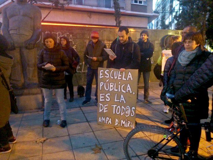 Las AMPAs de los diferentes centros públicos del distrito, colectivos vecinales y sociales estuvieron en la Plaza de las Canteras.