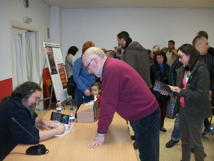 Joan Rosell, firmando ejemplares de su Leyendas del Aragón Demonio.