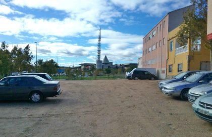 El aparcamiento de vehículos es habitual en el solar